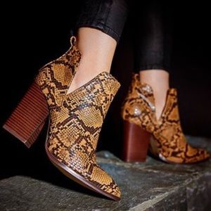 Shoes - Brown Snake Boots 😍🥾